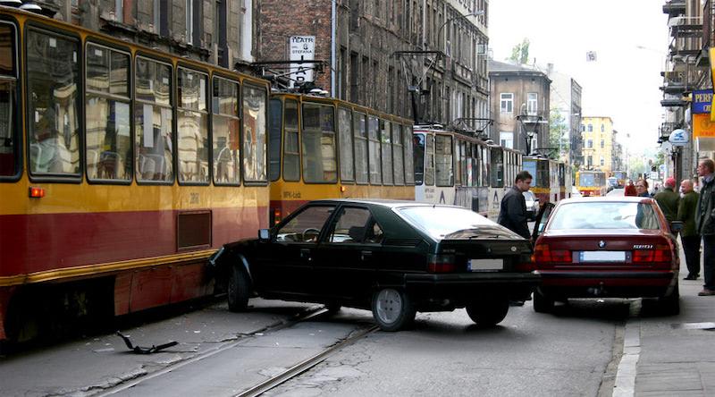 漢中一公交連撞數車